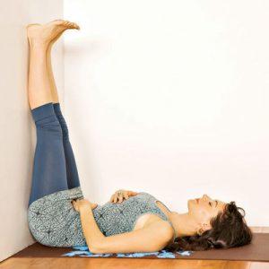 gesto invertido posturas de yoga para personas sin flexibilidad