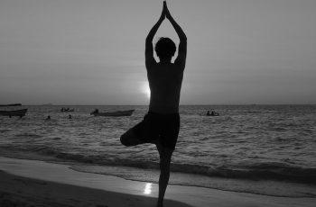 rutina de yoga para relajarse en casa head wb