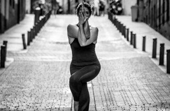 pies en las posturas de yoga head