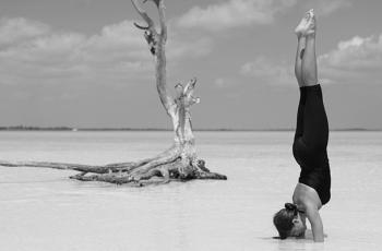 posturas avanzadas de yoga head bn