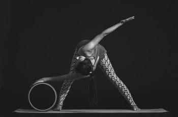 maneras de usar una rueda de yoga head